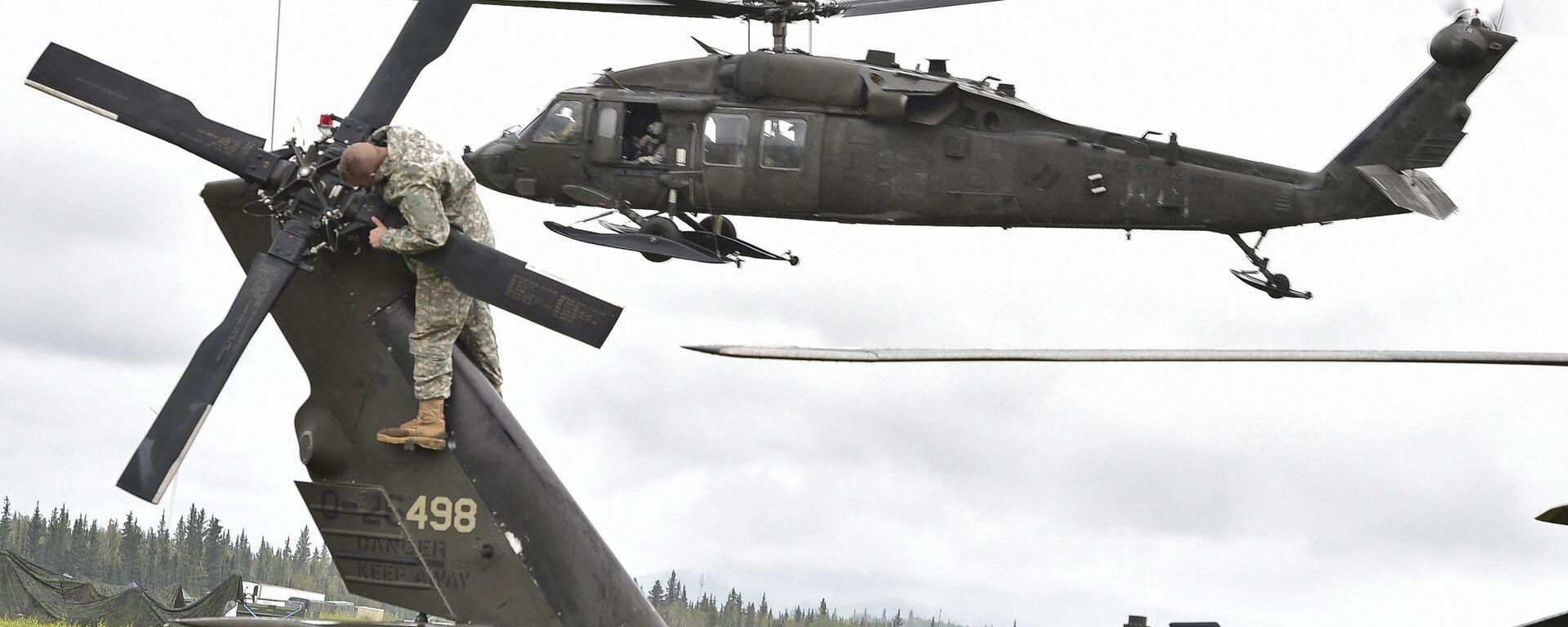 El helicóptero UH-60 Black Hawk y un militar estadounidense - Sputnik Mundo, 1920, 28.06.2021