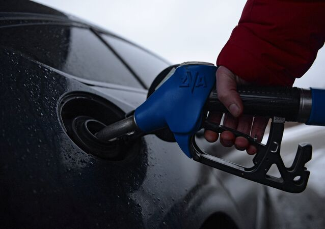 Reabastecimiento de combustible en una gasolinera, imagen referencial