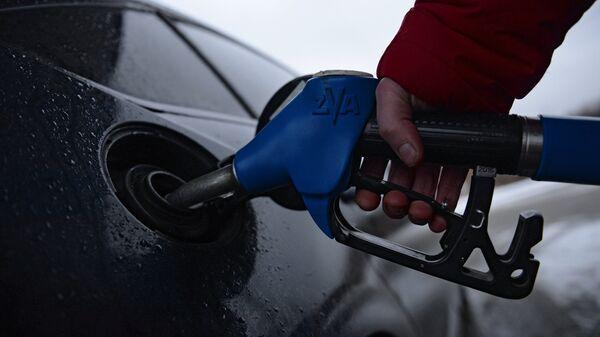 Reabastecimiento de combustible en una gasolinera (imagen referencial) - Sputnik Mundo