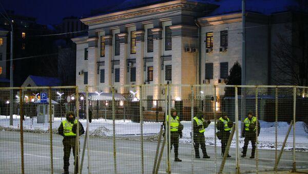 La policía de Ucrania cerca la Embajada de Rusia en Kiev el 18 de marzo - Sputnik Mundo