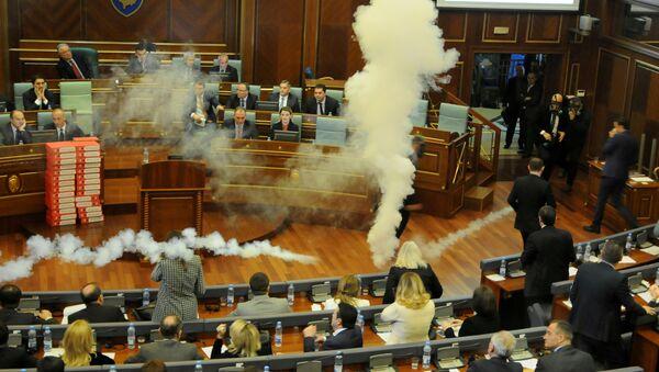 Gases lacrimógenos en el Parlamento de Kosovo - Sputnik Mundo