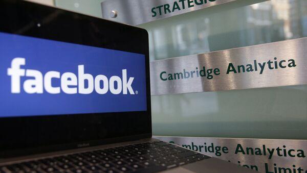 Una pantalla con el logo de Facebook - Sputnik Mundo