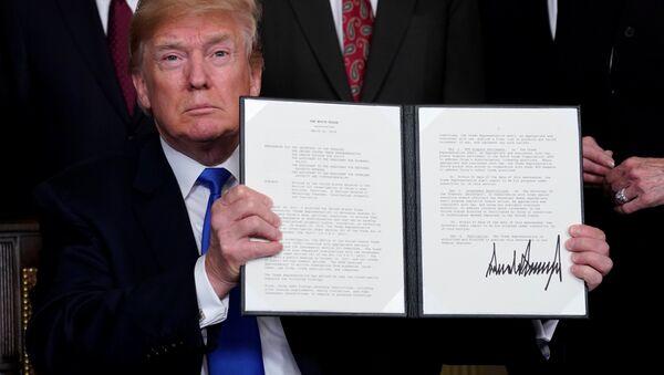 El presidente de EEUU, Donald Trump, firma memorando para imponer aranceles a las importaciones chinas - Sputnik Mundo