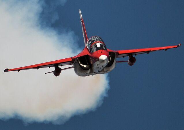 Un avión de entrenamiento ruso Yak-130 durante un vuelo de demostración (archivo)