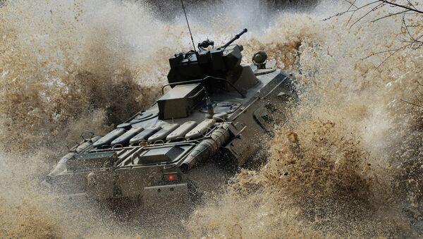 Duras pruebas para los nuevos vehículos blindados de personal en el Lejano Oriente ruso - Sputnik Mundo