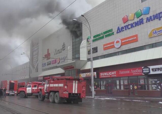 Los bomberos siguen combatiendo el incendio en un centro comercial en Siberia
