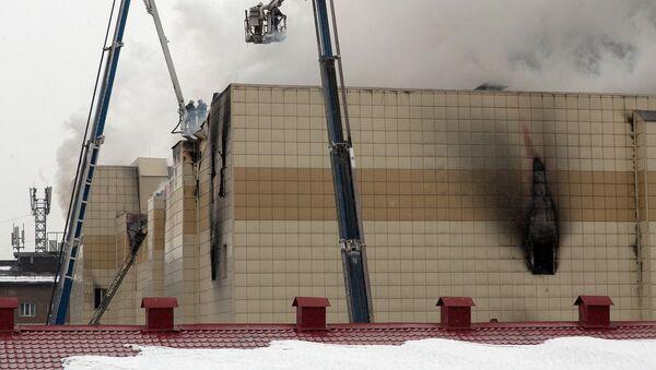 Сотрудники пожарной охраны МЧС борются с пожаром в торговом центре «Зимняя вишня» в Кемерово - Sputnik Mundo