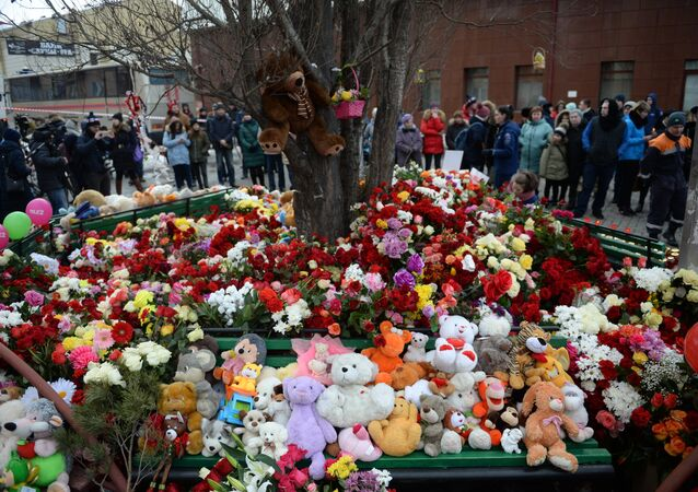 Flores y juguetes cerca del centro comercial de la ciudad rusa de Kémerovo en homenaje de las víctimas del incendio