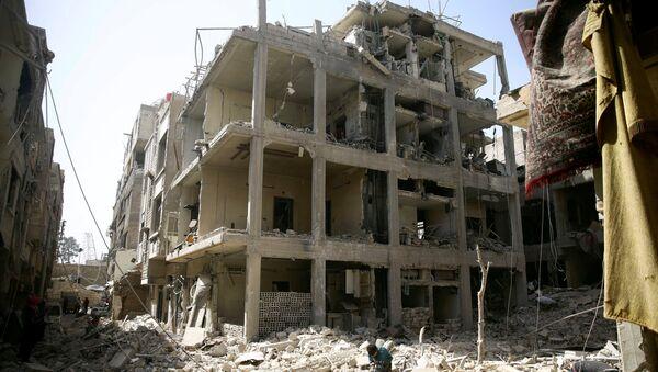 Edificios dañados en la ciudad sitiada de Duma, Siria - Sputnik Mundo
