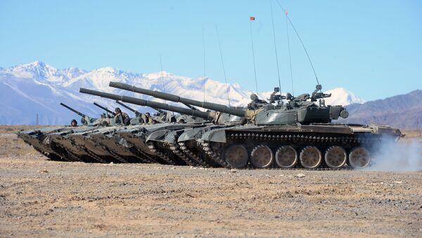 Los vehículos blindados T-80, foto de archivo - Sputnik Mundo