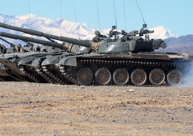 Los vehículos blindados T-80, foto de archivo
