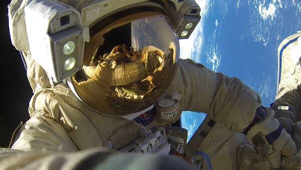 Un astronauta fuera de la EEI - Sputnik Mundo