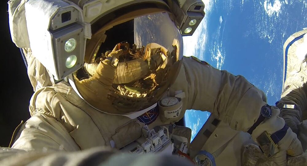 Un astronauta fuera de la EEI
