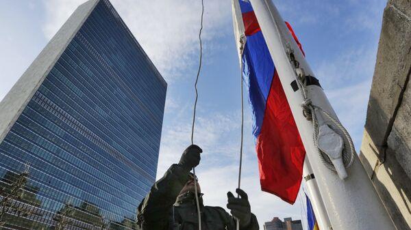 La bandera rusa cerca del edificio de la ONU - Sputnik Mundo