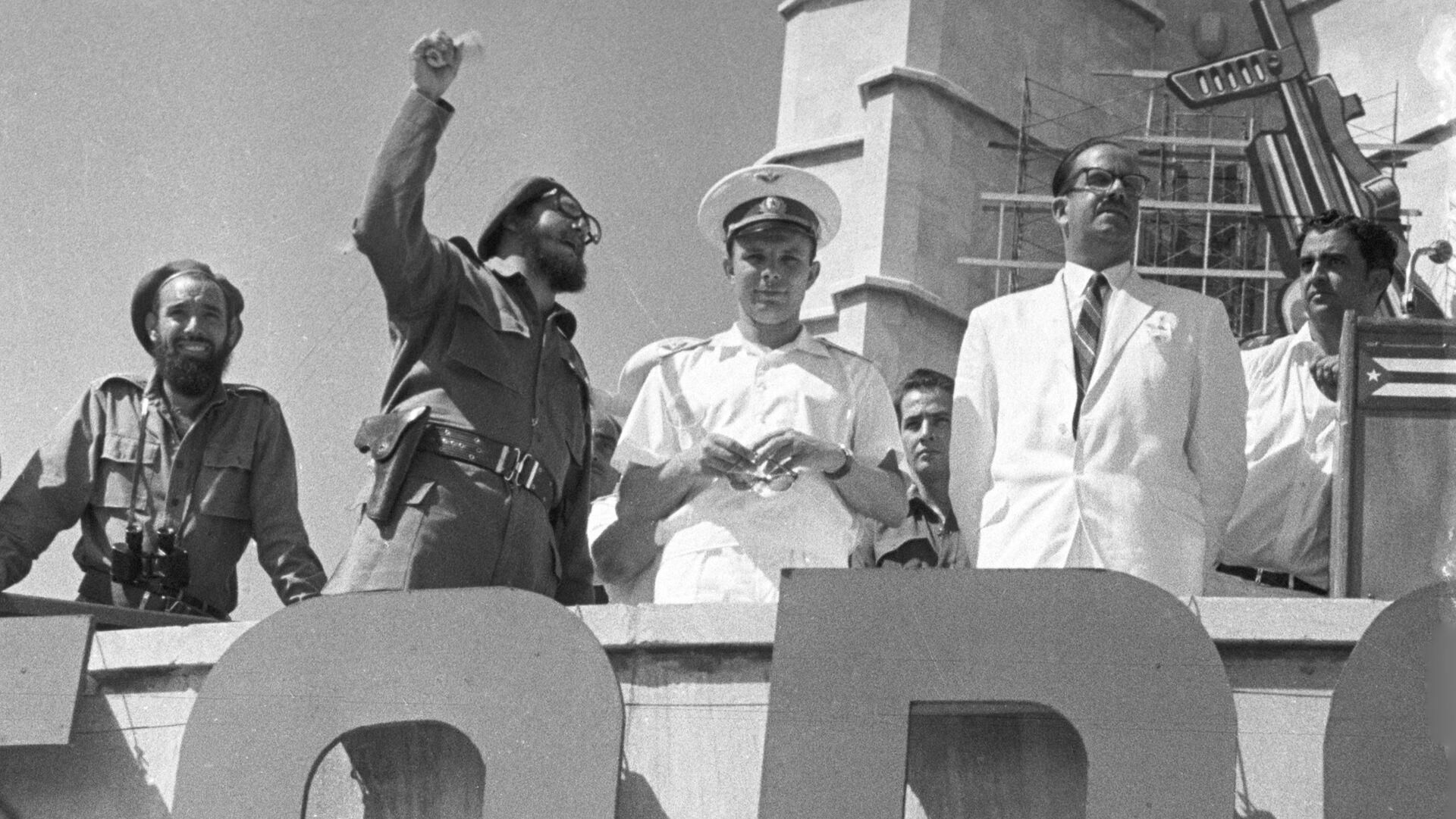 Fidel Castro y Yuri Gagarin en la Plaza de la Revolución, en 1961 - Sputnik Mundo, 1920, 12.04.2021