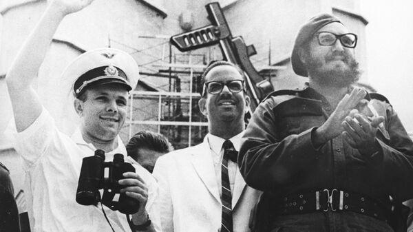 Yuri Gagarin saluda al pueblo cubano en la Plaza de la Revolución junto a Fidel Castro y el presidente Osvaldo Dorticós en 1961 - Sputnik Mundo