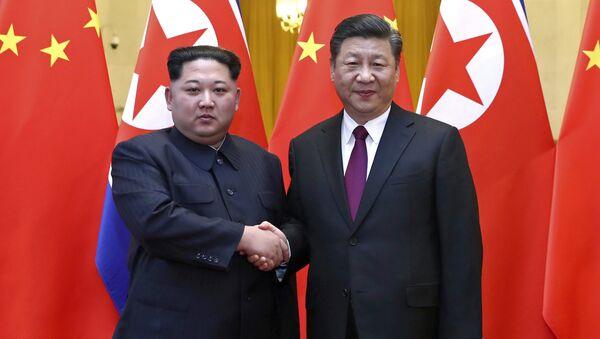 Líder norcoreano, Kim Jong-un, y el presidente chino, Xi Jinping - Sputnik Mundo