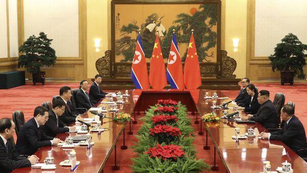 Reunión entre líder norcoreano, Kim Jong-un, y presidente chino, Xi Jinping - Sputnik Mundo