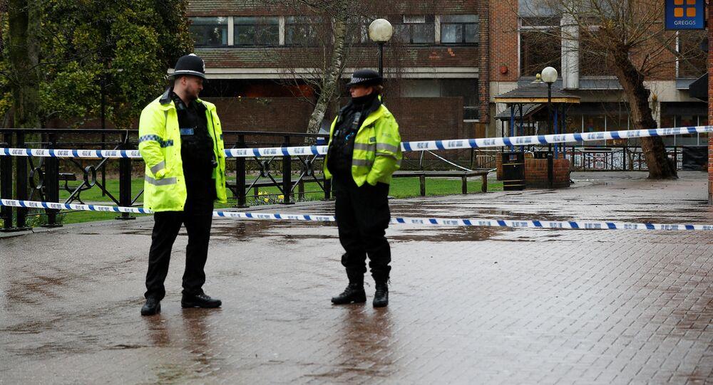 La policía cerca del lugar donde fueron encontrados Serguéi Skripal y su hija Yulia