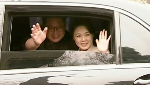 El líder norcoreano, Kim Jong-Un, y su esposa Ri Sol-ju - Sputnik Mundo