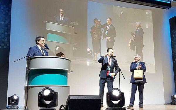 El embajador de Venezuela en Rusia, Carlos Faría (centro), durante la entrega del premio a Gobierno venezolano por el lanzamiento del Petro - Sputnik Mundo