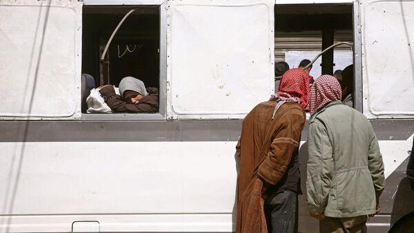 Civiles abandonando Guta Oriental (archivo) - Sputnik Mundo