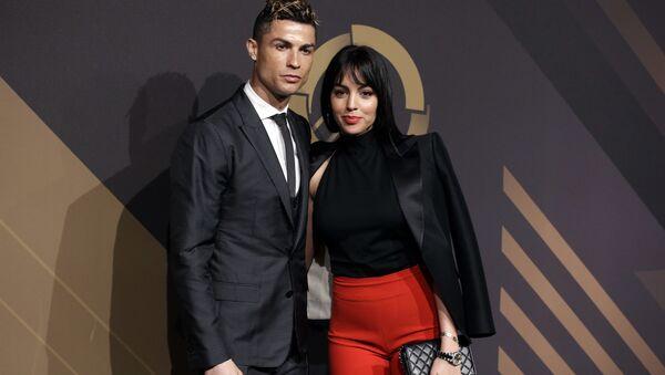 Georgina Rodriguez y Cristiano Ronaldo durante la ceremonia de premiación de la Federación portuguesa de Fútbol - Sputnik Mundo