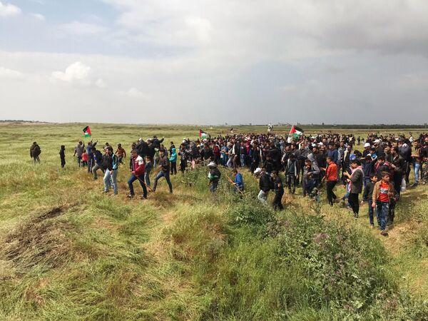 Feroces enfrentamientos entre palestinos y militares israelíes junto a la frontera de la Franja de Gaza - Sputnik Mundo