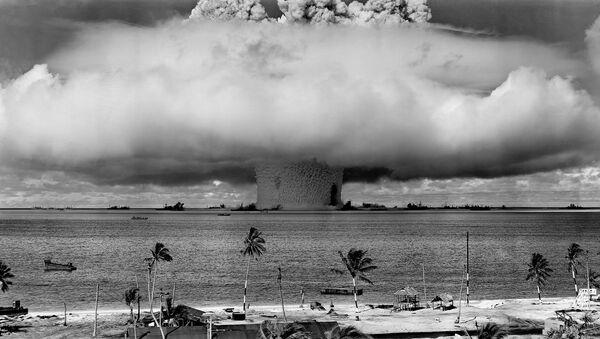 Una bomba explota en el mar (archivo) - Sputnik Mundo