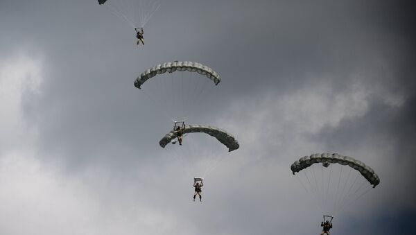 Paracaidistas rusos durante unas maniobras (archivo) - Sputnik Mundo