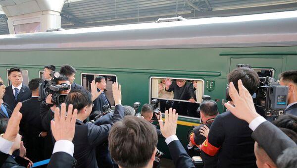 Kim Jong-un, líder norcoreano, en su tren - Sputnik Mundo