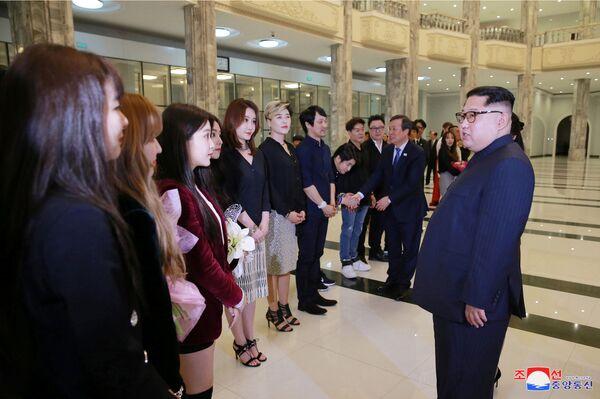 La historia se escribe en directo: Kim Jong-un acude a un concierto de K-Pop surcoreano en Pyongyang - Sputnik Mundo