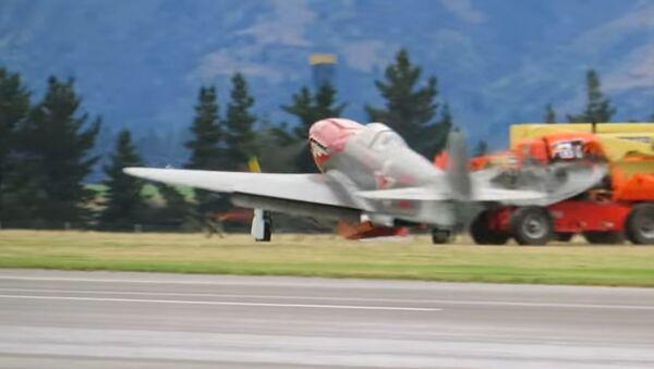 Un caza Yak-3 choca contra un auto al aterrizar y un ala acaba en mil pedazos - Sputnik Mundo