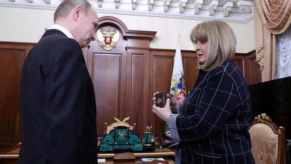 El presidente de Rusia, Vladímir Putin, y la jefa de la Comisión Electoral Central, Ela Pamfílova - Sputnik Mundo
