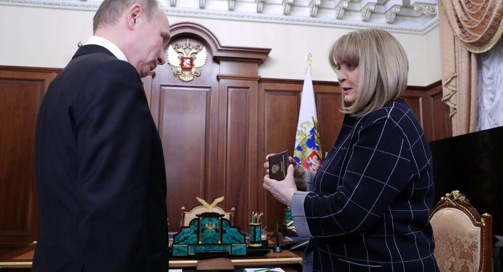 El presidente de Rusia, Vladímir Putin, y la jefa de la Comisión Electoral Central, Ela Pamfílova