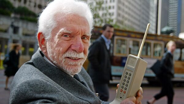 El ingeniero Martin Cooper con el primer teléfono móvil: DynaTac - Sputnik Mundo