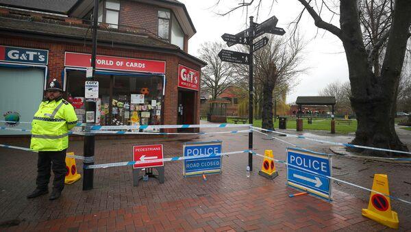 Un policía británico en el lugar del envenenamiento de Serguéi Skripal, Salisbury, Reino Unido - Sputnik Mundo