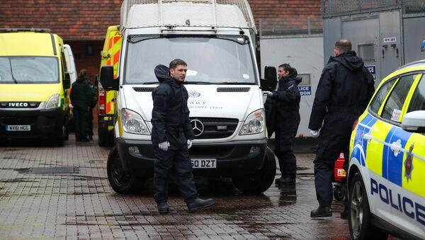 Policía británica cerca de la casa de Serguéi Skripal, Salisbury, Reino Unido - Sputnik Mundo
