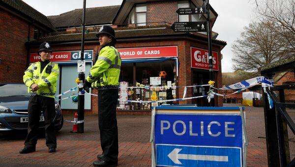 La Policía británica cerca del lugar del envenenamiento de los Skripal, Salisbury, Reino Unido - Sputnik Mundo