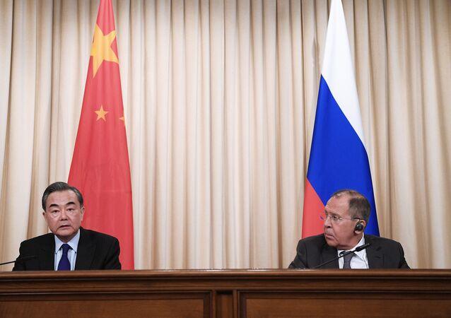 Ministro de Asuntos Exteriores de China, Wang Yi, y su homólogo ruso, Serguéi Lavrov (archivo)
