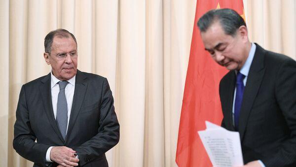 El ministro de Asuntos Exteriores de Rusia, Serguéi Lavrov, y su homólogo chino, Wang Yi (archivo) - Sputnik Mundo
