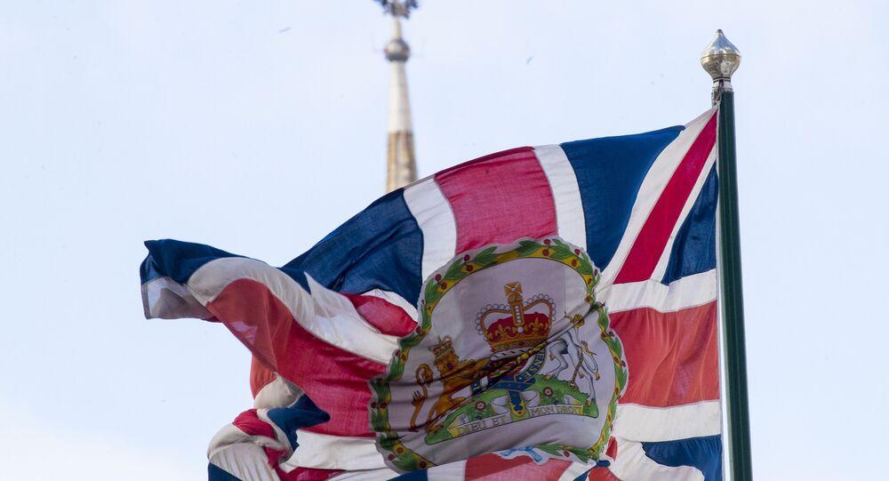 La bandera del Reino Unido en la embajada británica en Moscú