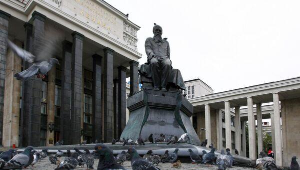 El monumento de Dostoievski en Moscú - Sputnik Mundo