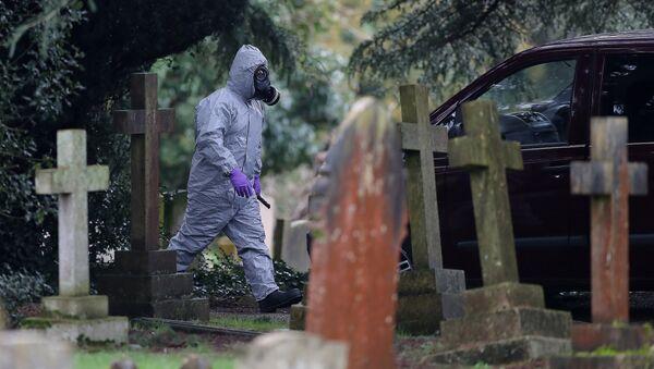 Un miembro de la unidad forense británica inspecciona el cementerio en Salisbury, Reino Unido (archivo) - Sputnik Mundo