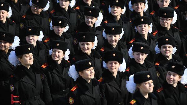 Unos cadetes rusos durante los ensayos para el Día de la Victoria en el polígono de Alábino, en la región de Moscú. - Sputnik Mundo