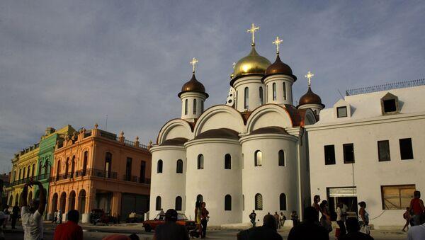 Los cubanos curiosos ante la nueva catedral de la Iglesia Ortodoxa rusa en La Habana - Sputnik Mundo
