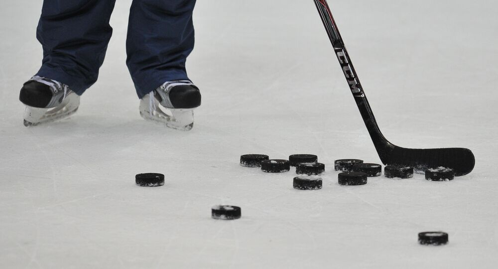 El palo de hockey y los discos (imagen referencial)