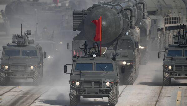 Vehículos blindados Tigr y sistemas de misiles Yars durante el ensayo del desfile militar dedicado al Día de la victoria en Alábino (Rusia) - Sputnik Mundo