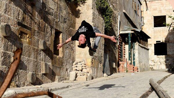 'Parkour' sobre las ruinas de Alepo - Sputnik Mundo