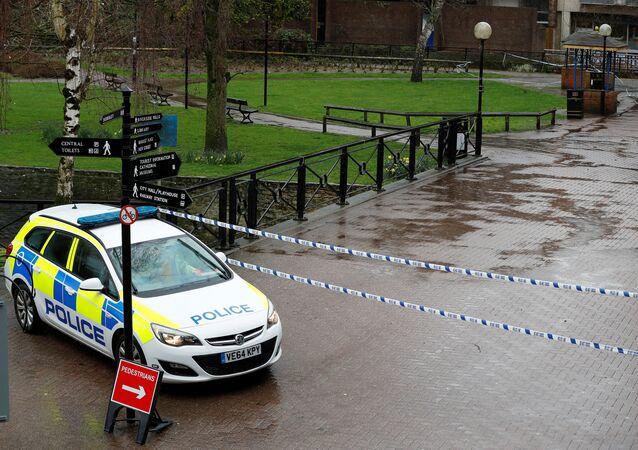 La Policía británica cerca del lugar del envenenamiento de los Skripal